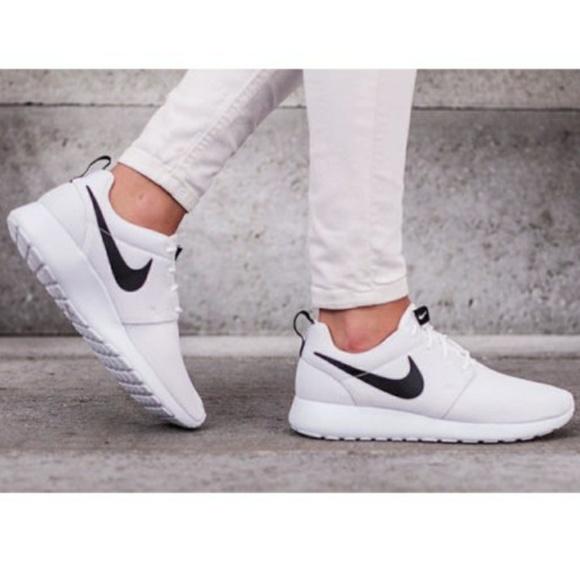 buy popular 2d724 fb1eb Nike Roshe White Black Running Workout Shoe